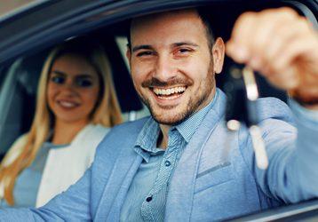 Homem caucasiano abastece seu carro para aproveitar o programa da Livelo