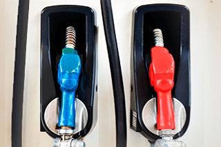 Bomba de etanol na cor azul e de gasolina na cor vermelha