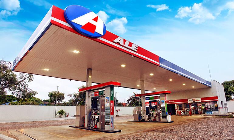 Visão do posto de combustível ALE bastante bonito, iluminado, bem limpo e organizado.