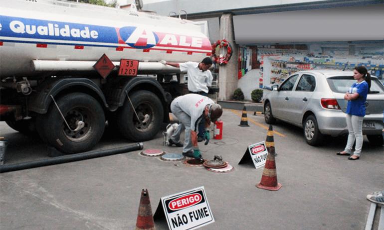 Homem faz descarga de combustível da ALE em tanque subterrâneo.